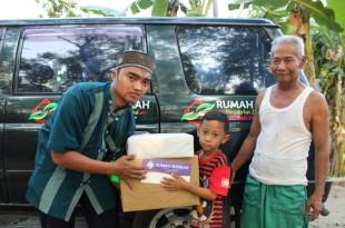 Penyaluran paket Anak Yatim dari Rumah Sedekah